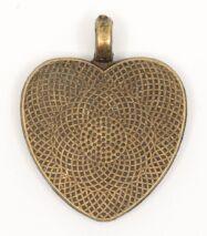 Szív alakú medál alaplapból, réz színű foglalatban, fekete