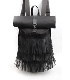 Fekete színű rolltop hátizsák hosszú rojtokkal