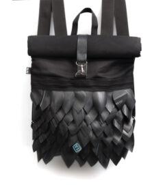 Fekete színű rolltop hátizsák pikkelyes díszítéssel