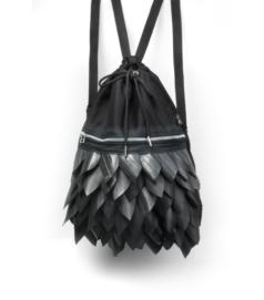 Fekete színű hátizsák fekete pikkelyes díszítéssel