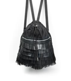 Fekete színű hátizsák fekete rojtos díszítéssel