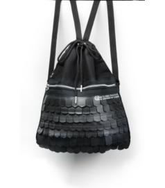 Fekete színű hátizsák cserépmintás díszítéssel