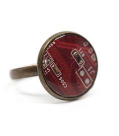 Gyűrű alaplapból, réz színű foglalatban, piros