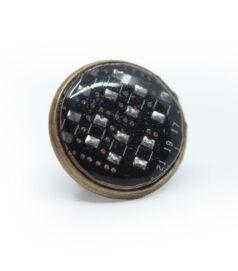 Kitűző alaplapból, réz színű foglalatban, fekete