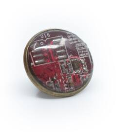 Kitűző alaplapból, réz színű foglalatban, piros