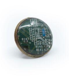 Kitűző alaplapból, réz színű foglalatban, zöld