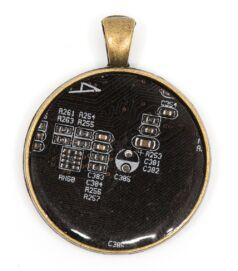 Kör alakú medál alaplaból, réz színű hátlappal, fekete