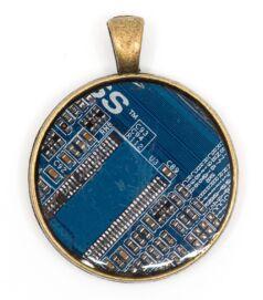 Kör alakú medál alaplaból, réz színű hátlappal, kék