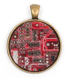 Kör alakú medál alaplaból, réz színű hátlappal, piros