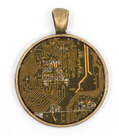 Kör alakú medál alaplaból, réz színű hátlappal, sárga
