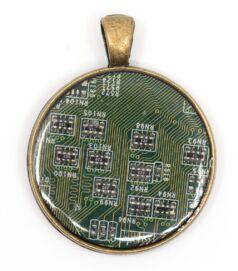 Kör alakú medál alaplaból, réz színű hátlappal, zöld