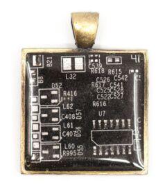 Négyzet alakú medál alaplapból, réz színű hátlappal, fekete