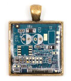 Négyzet alakú medál alaplapból, réz színű hátlappal, kék