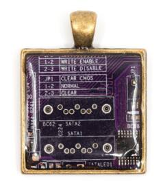 Négyzet alakú medál alaplapból, réz színű hátlappal, lila