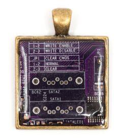 designer_ekszer_rekreacio_medal_negyzet_rez_lila