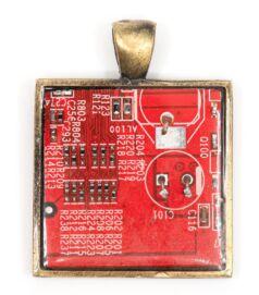 Négyzet alakú medál alaplapból, réz színű hátlappal, piros