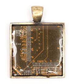 Négyzet alakú medál alaplapból, réz színű hátlappal, sárga