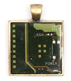 Négyzet alakú medál alaplapból, réz színű hátlappal, zöld