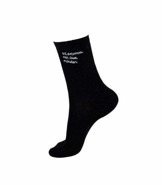 Fekete színű zokni hímzett felirattal, Az arcomra van írva minden