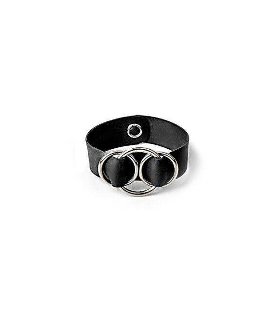 Fekete színű karkötő 3 karika díszítéssel