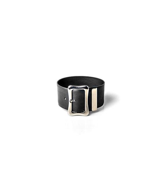 Fekete színű karkötő szögletes ezüstös övcsat díszítéssel