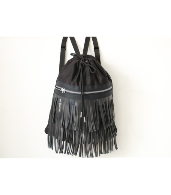 Fekete színű hátizsák fekete hosszú rojtos díszítéssel